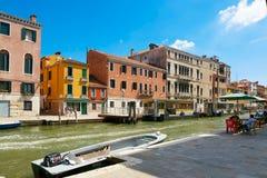 Βενετία, Ιταλία - 14 Αυγούστου 2017: Κανάλι της Βενετίας με τις βάρκες και τα κλασικά κτήρια Στοκ εικόνες με δικαίωμα ελεύθερης χρήσης