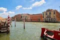 Βενετία, Ιταλία - 14 Αυγούστου 2017: Κανάλι της Βενετίας με τις βάρκες και τα κλασικά κτήρια Στοκ φωτογραφίες με δικαίωμα ελεύθερης χρήσης