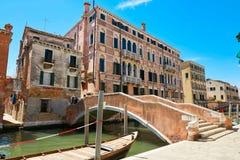 Βενετία, Ιταλία - 14 Αυγούστου 2017: Κανάλι της Βενετίας με τις βάρκες και τα κλασικά κτήρια Στοκ Φωτογραφίες