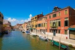 Βενετία, Ιταλία - 14 Αυγούστου 2017: Κανάλι της Βενετίας με τις βάρκες και τα κλασικά κτήρια Στοκ εικόνα με δικαίωμα ελεύθερης χρήσης