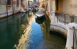 Βενετία, Ιταλία - 14 Αυγούστου 2017: Κανάλι της Βενετίας με τις βάρκες και τα κλασικά κτήρια Στοκ Εικόνες