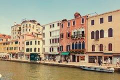 Βενετία, Ιταλία - 14 Αυγούστου 2017: Κανάλι της Βενετίας με τις βάρκες και τα κλασικά κτήρια Στοκ φωτογραφία με δικαίωμα ελεύθερης χρήσης