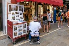 Βενετία, Ιταλία - 14 Αυγούστου 2017: Κατάστημα καλλιτεχνών ` s σε μια στενή οδό Στοκ φωτογραφίες με δικαίωμα ελεύθερης χρήσης