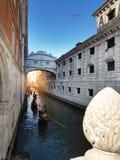 Βενετία, Ιταλία Γόνδολες σε ένα ρομαντικό στενό κανάλι Γέφυρα των στεναγμών ponte de sospiri στοκ φωτογραφίες με δικαίωμα ελεύθερης χρήσης