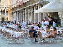 20 06 2017, Βενετία, Ιταλία: Εστιατόριο πολυτέλειας στο ST Mark ` s Squar Στοκ Φωτογραφία