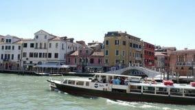 Βενετία, Ιταλία - 7 Ιουλίου 2018: απόψεις της Βενετίας μέσω του φράκτη της γέφυρας, μεγάλο κανάλι, επιπλέοντα σώματα vapareto στο απόθεμα βίντεο