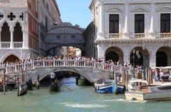 Βενετία, Ιταλία - 14 Ιουλίου 2016: Αρχαία γέφυρα των στεναγμών και ancie Στοκ φωτογραφία με δικαίωμα ελεύθερης χρήσης