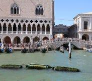 Βενετία, Ιταλία - 14 Ιουλίου 2016: Αρχαία γέφυρα των στεναγμών και ancie Στοκ Φωτογραφίες
