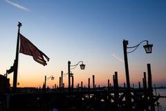 Βενετία, Ιταλία - λαμπτήρες οδών και σκιαγραφίες σημαιών πόλεων Στοκ φωτογραφία με δικαίωμα ελεύθερης χρήσης