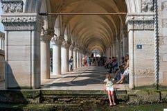Βενετία, Ιταλία - 8 Μαΐου 2018: Arcade Palazzo Ducale στην πλατεία SAN Marco Το παλάτι ήταν η κατοικία Doge Στοκ Εικόνες