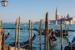 Βενετία, Ιταλία, στις 14 Φεβρουαρίου 2017 Πόλη της Βενετίας της Ιταλίας γόνδολες που σταθμεύουν την αποβάθρα, διάσημη ενετική μετ Στοκ Εικόνες