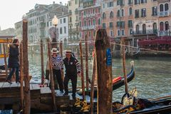 Βενετία, Ιταλία, στις 14 Φεβρουαρίου 2017 Πόλη της Βενετίας της Ιταλίας γόνδολες που σταθμεύουν την αποβάθρα, διάσημη ενετική μετ Στοκ φωτογραφίες με δικαίωμα ελεύθερης χρήσης