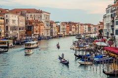Βενετία, Ιταλία - 27 Ιουνίου 2014: Συνηθισμένη σκηνή θερινού βραδιού στη Βενετία - τουρίστες που πλέουν με τις γόνδολες στο μεγάλ Στοκ Εικόνες