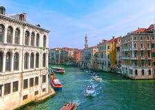 Βενετία, Ιταλία - 10 Μαΐου 2014: Όμορφη άποψη από το μεγάλο κανάλι στις ζωηρόχρωμες προσόψεις του παλαιού medie Στοκ φωτογραφία με δικαίωμα ελεύθερης χρήσης