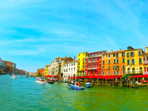 Βενετία, Ιταλία - 10 Μαΐου 2014: Όμορφη άποψη από το μεγάλο κανάλι στις ζωηρόχρωμες προσόψεις Στοκ Φωτογραφία
