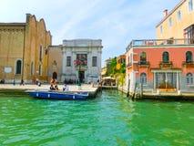 Βενετία, Ιταλία - 10 Μαΐου 2014: Όμορφη άποψη από το μεγάλο κανάλι στις ζωηρόχρωμες προσόψεις Στοκ εικόνες με δικαίωμα ελεύθερης χρήσης