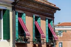 Βενετία, Ιταλία, χαρακτηριστικό ιταλικό κτήριο με τα όμορφα παράθυρα Στοκ Φωτογραφία