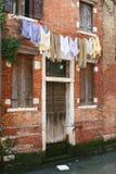 Βενετία, πόρτα στο νερό με το λινό διαμερισμάτων στοκ φωτογραφίες με δικαίωμα ελεύθερης χρήσης