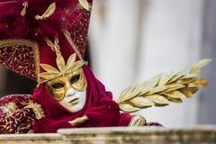 Βενετία - 6 Φεβρουαρίου 2016: Ζωηρόχρωμη μάσκα καρναβαλιού μέσω των οδών της Βενετίας Στοκ εικόνα με δικαίωμα ελεύθερης χρήσης