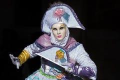 Βενετία - 6 Φεβρουαρίου 2016: Ζωηρόχρωμη μάσκα καρναβαλιού μέσω των οδών της Βενετίας Στοκ Εικόνες