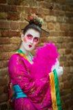 Βενετία - 6 Φεβρουαρίου 2016: Ζωηρόχρωμη μάσκα καρναβαλιού μέσω των οδών της Βενετίας Στοκ Εικόνα