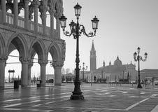 Βενετία - Doge παλάτι και τετράγωνο σημαδιών Αγίου και εκκλησία SAN Giorgio Maggiore στο υπόβαθρο στο πρωί Στοκ Φωτογραφίες