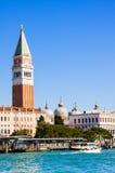 ΒΕΝΕΤΙΑ, ΙΤΑΛΙΑΣ - 28.2015 ΜΑΡΤΙΟΥ: Άποψη Doge ` s του παλατιού και του καμπαναριού Piazza Di SAN Marco, Βενετία, Ιταλία Στοκ φωτογραφία με δικαίωμα ελεύθερης χρήσης