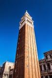 ΒΕΝΕΤΙΑ, ΙΤΑΛΙΑ - 18 ΑΥΓΟΎΣΤΟΥ 2016: Πλατεία SAN Marco με τη βασιλική του σημαδιού Αγίου και τον πύργο κουδουνιών του καμπαναριού Στοκ εικόνες με δικαίωμα ελεύθερης χρήσης