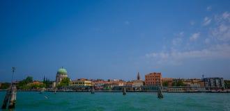ΒΕΝΕΤΙΑ, ΙΤΑΛΙΑ - 18 ΙΟΥΝΊΟΥ 2015: Βενετία σε όλη τη δόξα του στο κατώτατο σημείο, θάλασσα με τα συμπαθητικά χρώματα και τα διάφο Στοκ Εικόνες