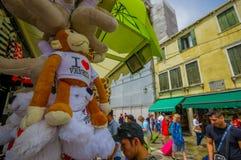 ΒΕΝΕΤΙΑ, ΙΤΑΛΙΑ - 18 ΙΟΥΝΊΟΥ 2015: Παραδοσιακό αναμνηστικό της Βενετίας, αγαπώ τη Βενετία συμπαθητικά γεμισμένα ζώα Στοκ εικόνα με δικαίωμα ελεύθερης χρήσης