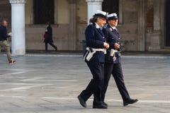 ΒΕΝΕΤΙΑ, ΙΤΑΛΙΑ - 6 ΟΚΤΩΒΡΊΟΥ 2017: Δύο αστυνομικοί γυναικών είναι στο τετραγωνικό SAN Marco Στοκ φωτογραφία με δικαίωμα ελεύθερης χρήσης