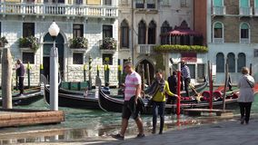 ΒΕΝΕΤΙΑ, ΙΤΑΛΙΑ - ΤΟΝ ΟΚΤΏΒΡΙΟ ΤΟΥ 2017: Άνετος καφές στη Βενετία, Ιταλία Η Βενετία είναι πόλη στη βορειοανατολική Ιταλία και το  απόθεμα βίντεο