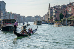 ΒΕΝΕΤΙΑ, ITALY/EUROPE - 12 ΟΚΤΩΒΡΊΟΥ: Βάρκες στο μεγάλο κανάλι μέσα Στοκ Φωτογραφία