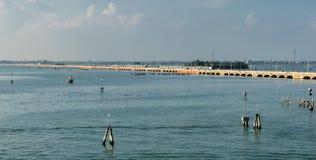 ΒΕΝΕΤΙΑ, ITALY/EUROPE - 12 ΟΚΤΩΒΡΊΟΥ: Γραμμή σιδηροδρόμων στη Βενετία Ita Στοκ Φωτογραφίες