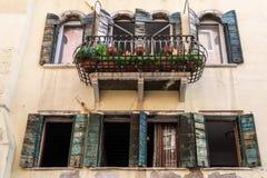 ΒΕΝΕΤΙΑ, ITALY/EUROPE - 12 ΟΚΤΩΒΡΊΟΥ: Κλείνω με παντζούρια παράθυρα στη Βενετία Στοκ φωτογραφία με δικαίωμα ελεύθερης χρήσης