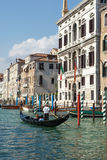 ΒΕΝΕΤΙΑ, ITALY/EUROPE - 12 ΟΚΤΩΒΡΊΟΥ: Gondolier άνθρωποι διαπεραιώσεων μέσα Στοκ φωτογραφίες με δικαίωμα ελεύθερης χρήσης