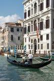ΒΕΝΕΤΙΑ, ITALY/EUROPE - 12 ΟΚΤΩΒΡΊΟΥ: Gondolier άνθρωποι διαπεραιώσεων μέσα Στοκ εικόνες με δικαίωμα ελεύθερης χρήσης
