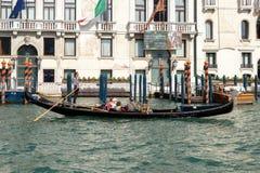 ΒΕΝΕΤΙΑ, ITALY/EUROPE - 12 ΟΚΤΩΒΡΊΟΥ: Gondolier άνθρωποι διαπεραιώσεων μέσα Στοκ εικόνα με δικαίωμα ελεύθερης χρήσης