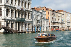 ΒΕΝΕΤΙΑ, ITALY/EUROPE - 12 ΟΚΤΩΒΡΊΟΥ: Motorboat που ταξιδεύει κάτω από το Γ Στοκ Εικόνες