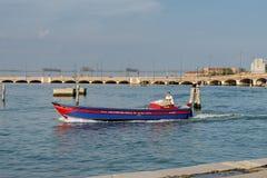ΒΕΝΕΤΙΑ, ITALY/EUROPE - 12 ΟΚΤΩΒΡΊΟΥ: Powerboat κοντά στο σιδηρόδρομο λ Στοκ Εικόνα