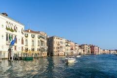 ΒΕΝΕΤΙΑ, ITALY/EUROPE - 12 ΟΚΤΩΒΡΊΟΥ: Powerboat που ταξιδεύει κάτω από Στοκ Φωτογραφία