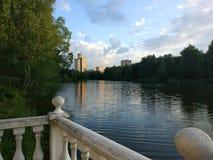 Βεράντα στη λίμνη στην πόλη αστεριών στοκ φωτογραφία