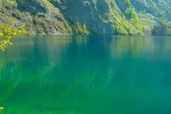 Βεραμάν επιφάνεια της λίμνης Obersee με την αντανάκλαση του βράχου στοκ εικόνες με δικαίωμα ελεύθερης χρήσης