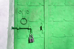 Βεραμάν πόρτα χάλυβα με τα καρφιά, τα πιάτα και τη φορεμένη λαβή πορτών μετάλλων Στοκ εικόνες με δικαίωμα ελεύθερης χρήσης