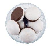 Βερνικωμένα καρύκευμα-κέικ με τη σοκολάτα στο κύπελλο που απομονώνεται στο λευκό Στοκ φωτογραφίες με δικαίωμα ελεύθερης χρήσης