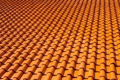 Βερνικωμένα πορτοκάλι κεραμίδια στεγών τερακότας Στοκ φωτογραφία με δικαίωμα ελεύθερης χρήσης