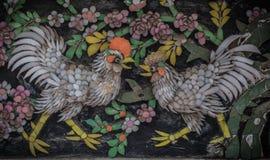 Βερνικωμένο κεραμίδι που διακοσμείται ως δύο κοτόπουλα και λουλούδι, Wat Pho, Μπανγκόκ Στοκ Φωτογραφίες