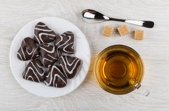 Βερνικωμένο μελόψωμο στο πιάτο, τη ζάχαρη, το κουταλάκι του γλυκού και το φλυτζάνι του τσαγιού Στοκ Εικόνες