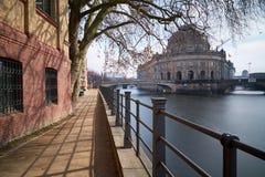 Βερολίνο-μέση κατά μήκος του ξεφαντώματος ποταμών - προμηνύω-μουσείο στοκ φωτογραφία με δικαίωμα ελεύθερης χρήσης