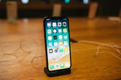 Βερολίνο, στις 12 Δεκεμβρίου 2017: η παρουσίαση του iPhone Χ και οι πωλήσεις των νέων προϊόντων της Apple στην επίσημη Apple αποθ Στοκ Φωτογραφίες